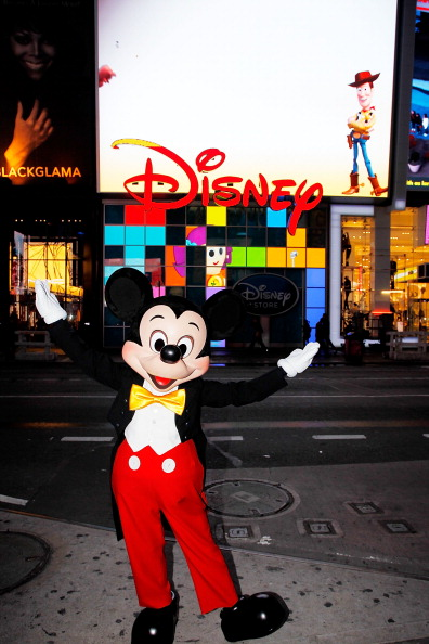 ミッキーマウス「Mickey Mouse Unveils Disney Store's New Digital Billboard In Times Square」:写真・画像(9)[壁紙.com]