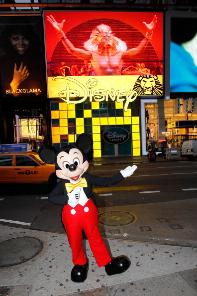 Mickey Mouse「Mickey Mouse Unveils Disney Store's New Digital Billboard In Times Square」:写真・画像(8)[壁紙.com]