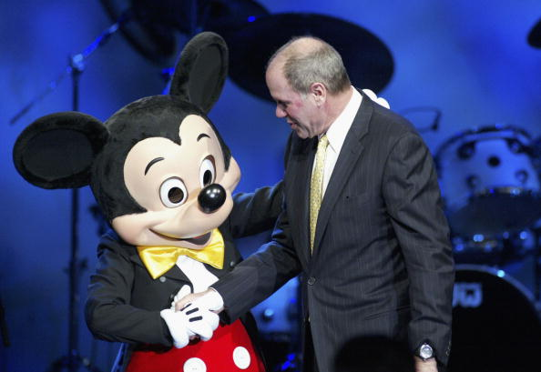 ミッキーマウス「Mickey Mouse greets Michael Eisner, chairman and CEO of the Walt Disney Company and recipient of the 2003 Pioneer of the Year Award」:写真・画像(0)[壁紙.com]