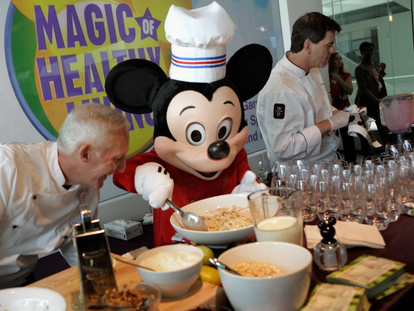 ミッキーマウス「Michelle Obama And Disney CEO Robert Iger Hold News Conference On Disney's Nutritional Guidelines」:写真・画像(13)[壁紙.com]