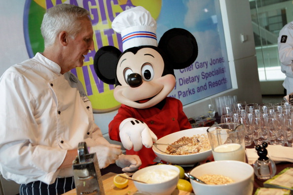 ミッキーマウス「Michelle Obama And Disney CEO Robert Iger Hold News Conference On Disney's Nutritional Guidelines」:写真・画像(12)[壁紙.com]