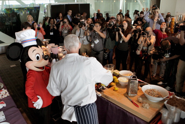 ミッキーマウス「Michelle Obama And Disney CEO Robert Iger Hold News Conference On Disney's Nutritional Guidelines」:写真・画像(14)[壁紙.com]