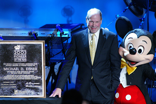 ミッキーマウス「Mickey Mouse poses with Michael Eisner, the chairman and CEO of the Walt Disney Company and recipient of the 2003 Pioneer of the Year Award」:写真・画像(11)[壁紙.com]