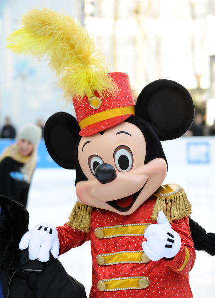 ミッキーマウス「'Disney On Ice Celebrates 100 Years Of Magic' Salutes The Olympic Spirit」:写真・画像(4)[壁紙.com]