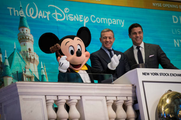 ミッキーマウス「Walt Disney Chairman And CEO Bob Iger Rings Opening Bell At NY Stock Exchange」:写真・画像(12)[壁紙.com]