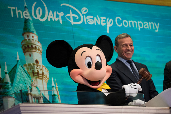 ミッキーマウス「Walt Disney Chairman And CEO Bob Iger Rings Opening Bell At NY Stock Exchange」:写真・画像(19)[壁紙.com]