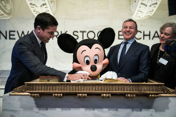 ミッキーマウス「Walt Disney Chairman And CEO Bob Iger Rings Opening Bell At NY Stock Exchange」:写真・画像(10)[壁紙.com]