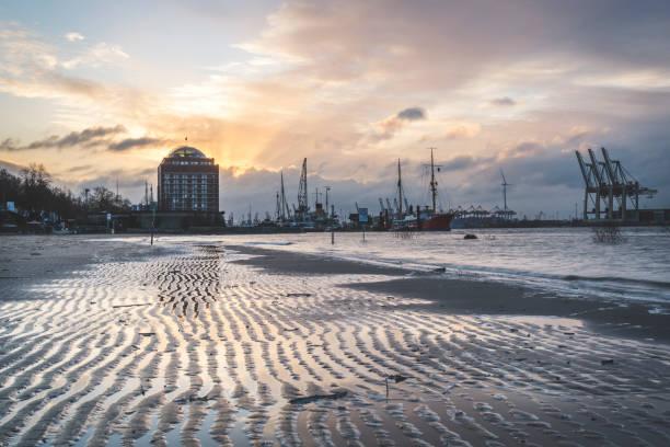 Ships and cranes at harbor against cloudy sky during sunset, Hamburg, Germany:スマホ壁紙(壁紙.com)