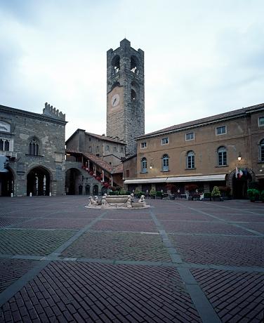 Bergamo「View of Piazza Vecchia in Bergamo」:スマホ壁紙(10)