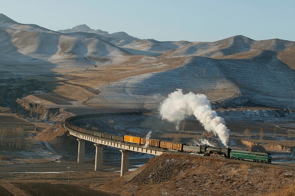 Extreme Terrain「An eastbound freight pulls heavily away from Shandian on the Jing Peng Pass section of China's Ji-Tong railway in Inner Mongolia in December 2004. The locomotive is a China railways QJ 2-10-2 with a diesel pilot.」:写真・画像(17)[壁紙.com]