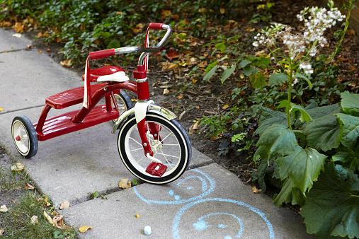 Chalk - Art Equipment「Tricycle on sidewalk with chalk drawing」:スマホ壁紙(10)