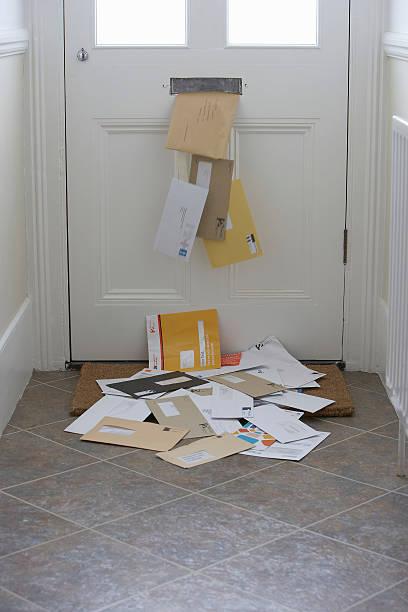 Mail falling from letterbox onto doormat (Digitally Enhanced):スマホ壁紙(壁紙.com)