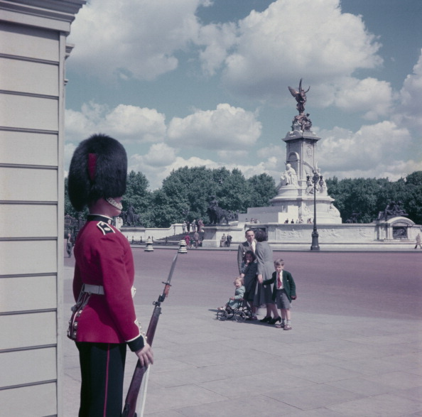 Guarding「Guardsman At Palace」:写真・画像(19)[壁紙.com]