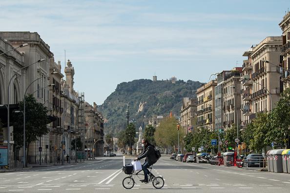 Street「Spain Extends Coronavirus Lockdown As Death Toll Rises」:写真・画像(14)[壁紙.com]