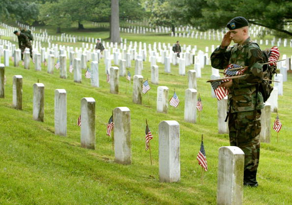 Patriotism「American Flags Are Placed On Gravestones In Arlington To Honor War Dead」:写真・画像(11)[壁紙.com]