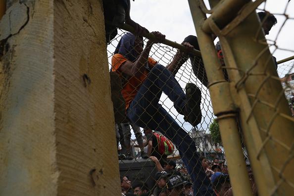ヒューマンインタレスト「Migrant Caravan Crosses Into Mexico From Guatemala」:写真・画像(3)[壁紙.com]