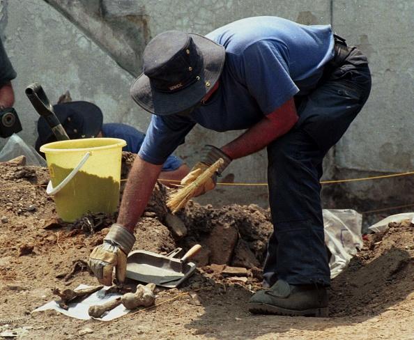 大量殺人「Member Of The Canadian Forensic Team Sifts Through Rubble In Search Of The Remains Of Thirteen Peo」:写真・画像(13)[壁紙.com]