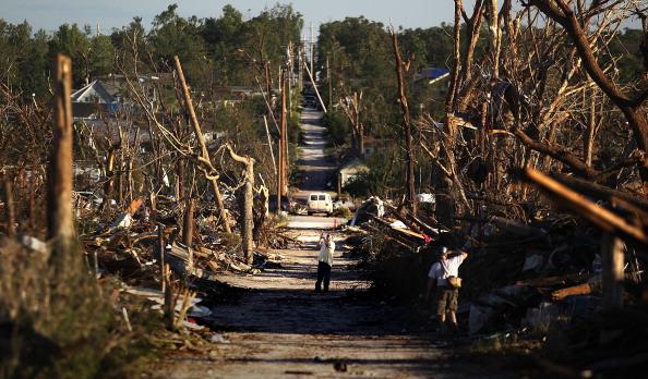Missouri「Joplin, Missouri Reels After F5 Tornado Devastates Town, Kills 125」:写真・画像(9)[壁紙.com]