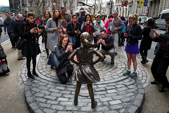 像「Statue Of Defiant Girl Installed In Front Of Iconic Wall Street Bull By Global Investment Firm」:写真・画像(15)[壁紙.com]