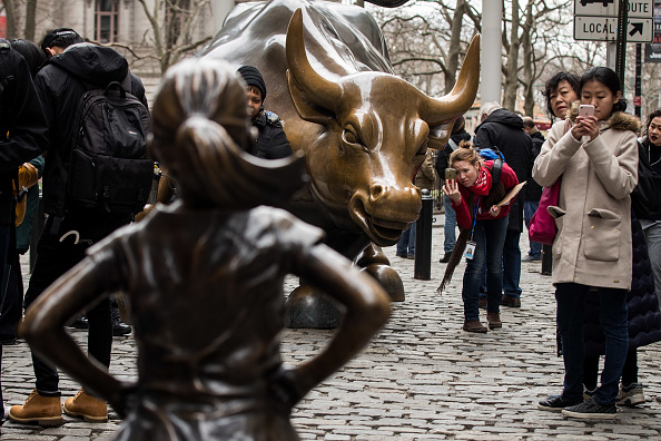 Fearless Girl Statue「Statue Of Defiant Girl Installed In Front Of Iconic Wall Street Bull By Global Investment Firm」:写真・画像(12)[壁紙.com]