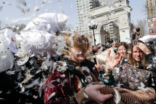 Annual Pillow Fight Takes Place In New York's Washington Square Park:ニュース(壁紙.com)