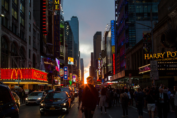 "Eduardo Munoz Alvarez「NYC Experiences ""Manhattanhenge"" As Sun Lines Up Perfectly With City Streets」:写真・画像(2)[壁紙.com]"