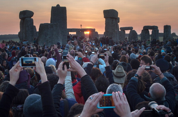 Dawn「Thousands Gather To Celebrate Summer Solstice At Stonehenge」:写真・画像(5)[壁紙.com]