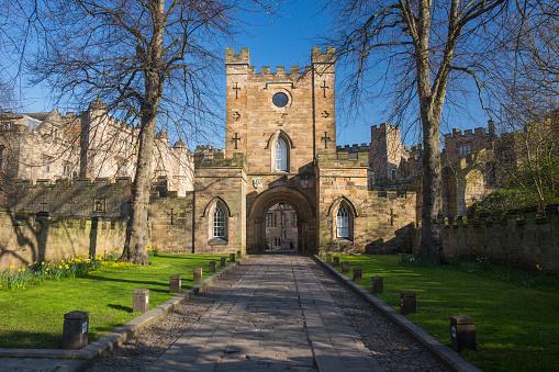 UNESCO「View along drive to the Gatehouse of Durham Castle, Durham, County Durham, England, UK」:スマホ壁紙(12)
