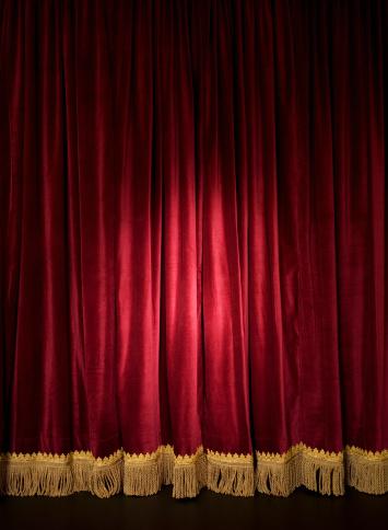 布「Spotlight on closed red stage curtain」:スマホ壁紙(17)
