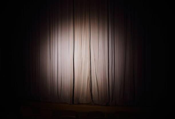 Spotlight on stage curtain:スマホ壁紙(壁紙.com)