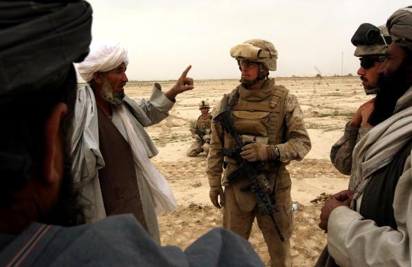 "John Moore「U.S. Marines Hold A Traditional ""Shura"" With Opium Farmers」:写真・画像(2)[壁紙.com]"