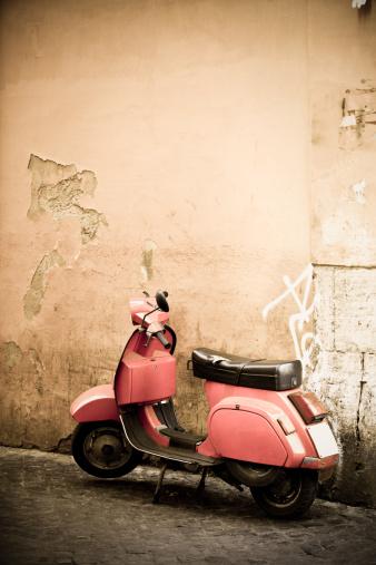 Motorcycle「ピンクのスクーターとローマの壁、ローマ、イタリア」:スマホ壁紙(7)