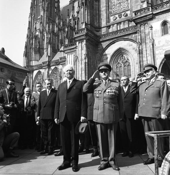 St Vitus's Cathedral「Prague Spring: The elected president Ludvik Svoboda after the election in front of the St, Vitus Cathedral, Prague, March 30th 1968」:写真・画像(2)[壁紙.com]