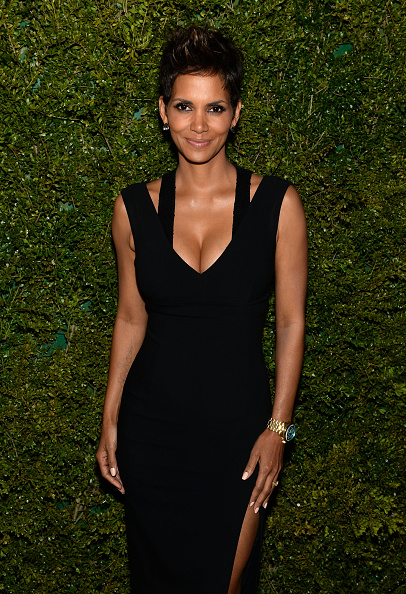 胸の谷間「Halle Berry, Michael Kors And The United Nations World Food Programme Dinner」:写真・画像(17)[壁紙.com]
