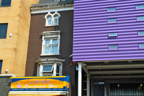 New facade with purple cladding next to a Victorian building.:ニュース(壁紙.com)