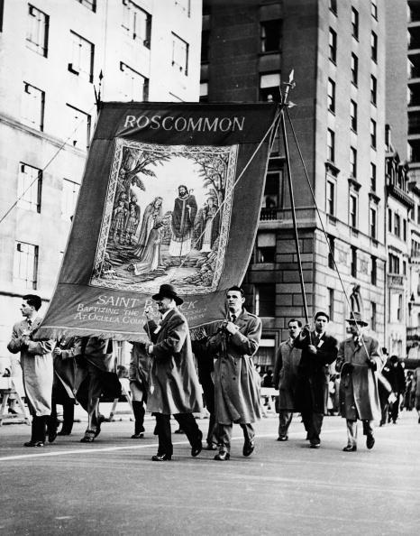 Peter Keegan「Irish Citizens Carry Banner At St. Patrick's Day Parade」:写真・画像(1)[壁紙.com]