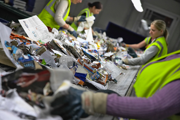 Focus On Foreground「Recycling on conveyor belt being sorted at recycling centre」:写真・画像(13)[壁紙.com]