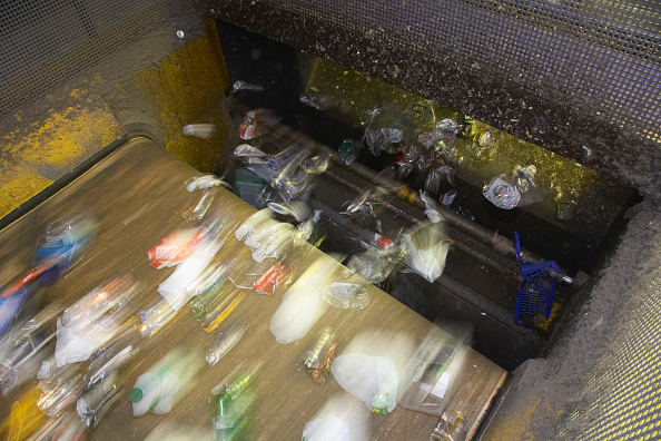 Recycling「Recycling on conveyor belt (blurred motion)」:写真・画像(17)[壁紙.com]