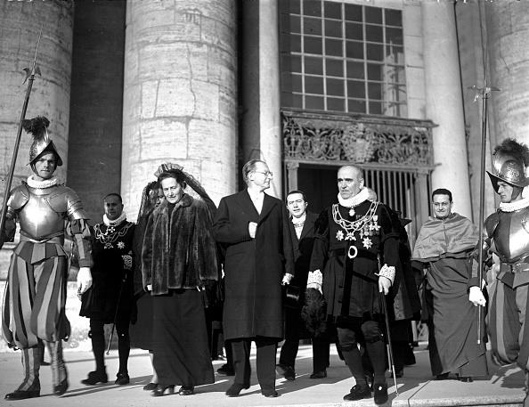 Serious「Alcide De Gasperi and his wife Francesca Romani at the Assumption of Mary's ceremony, Vatican 1950」:写真・画像(15)[壁紙.com]