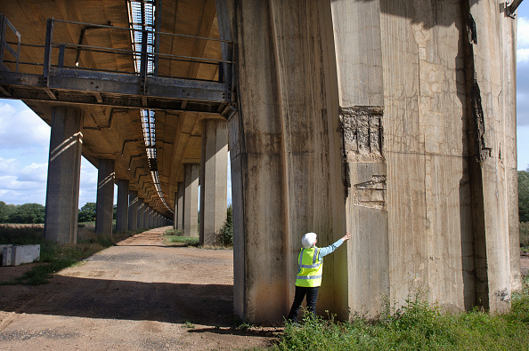 Grass Family「A female surveyor inspects damage to the reinforced concrete supports of a motorway bridge UK」:写真・画像(9)[壁紙.com]