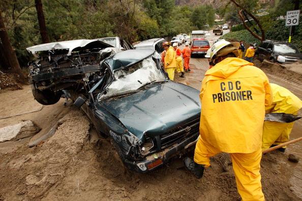 Azusa - California「Heavy Rains Cause Mudslides Forcing Evacuations North Of Los Angeles」:写真・画像(18)[壁紙.com]