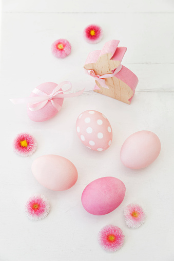 Easter「Hand dyed pink Easter eggs with bunny and daisy decoration on wooden background」:スマホ壁紙(5)