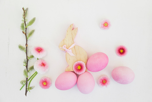 Rabbit「Hand dyed pink Easter eggs with bunny, daisy and catkin decoration on wooden background」:スマホ壁紙(13)