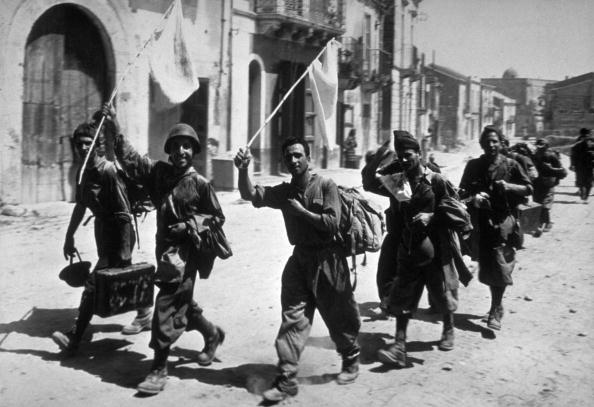 Surrendering「Italian Soldiers」:写真・画像(2)[壁紙.com]