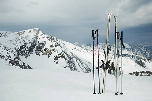 Skis and poles stuck in snow:スマホ壁紙(壁紙.com)