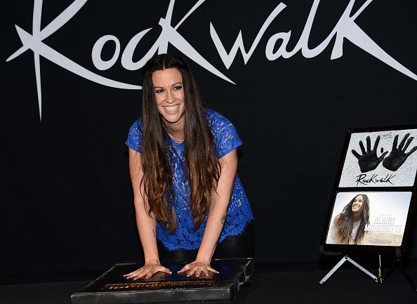 Scalloped - Pattern「Alanis Morissette Honored On Guitar Center's RockWalk」:写真・画像(16)[壁紙.com]