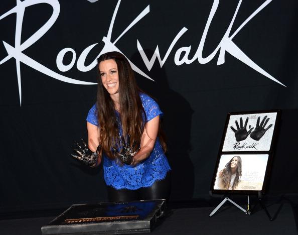 Scalloped - Pattern「Alanis Morissette Honored On Guitar Center's RockWalk」:写真・画像(13)[壁紙.com]