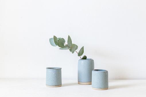 Side By Side「Eucalyptus in a ceramic vase」:スマホ壁紙(19)