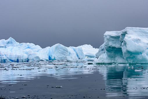 流氷「Icebergs with reflections in Antarctica」:スマホ壁紙(19)