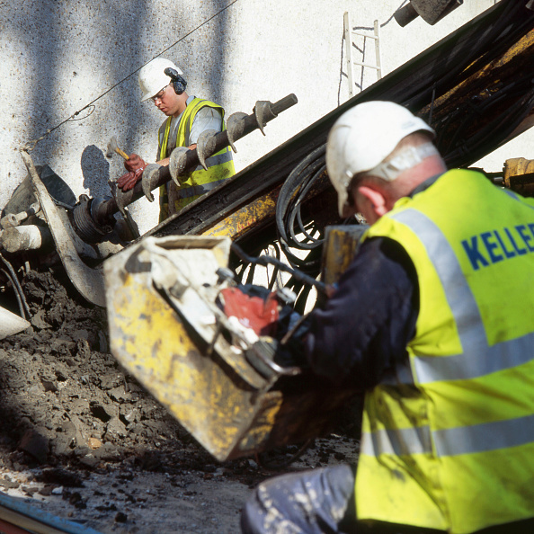 Construction Site「Adding a piece to the drill bit forming inclinced anchor holes for foundations on a project in central London」:写真・画像(5)[壁紙.com]